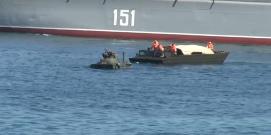 БТР отбуксировали в сторону / скриншот видео Крым.Реалии