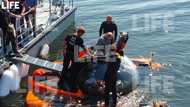 Путин установит мемориальную табличку на затонувшей лодке / фото Life