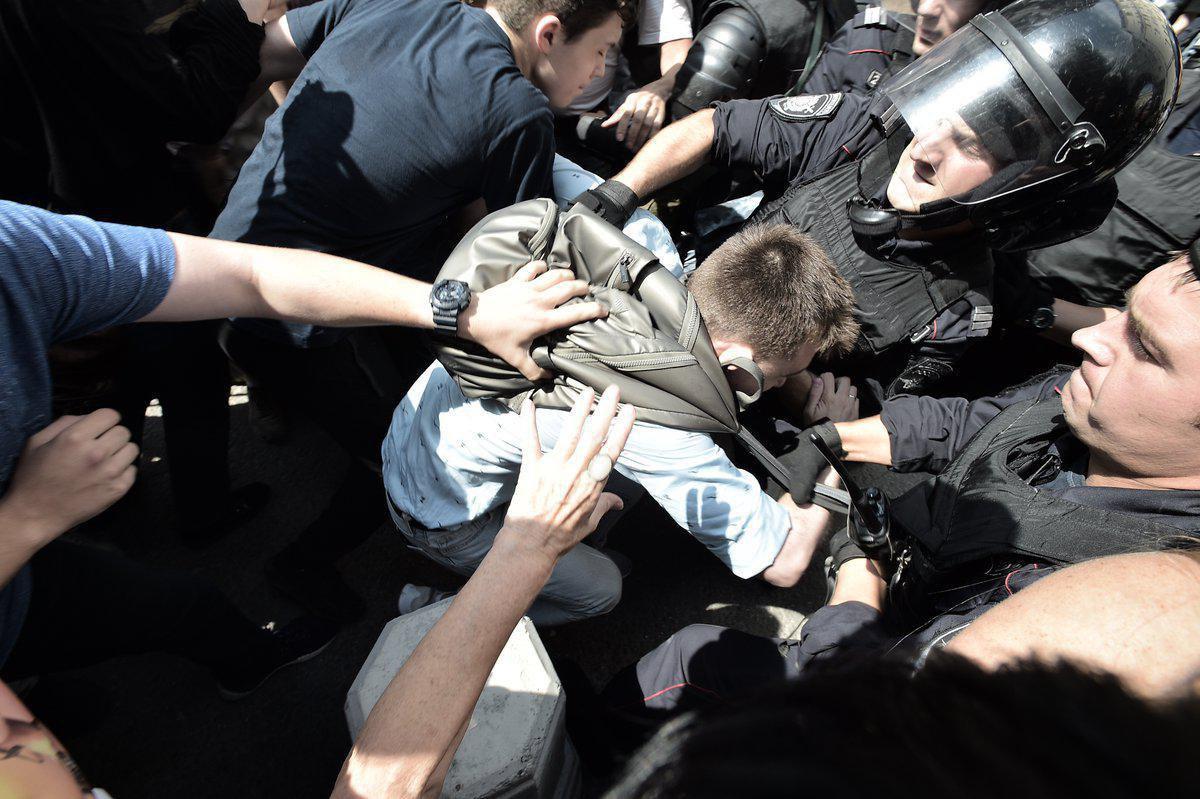 Полиция ищбивает людей дубинками / фото: Дождь