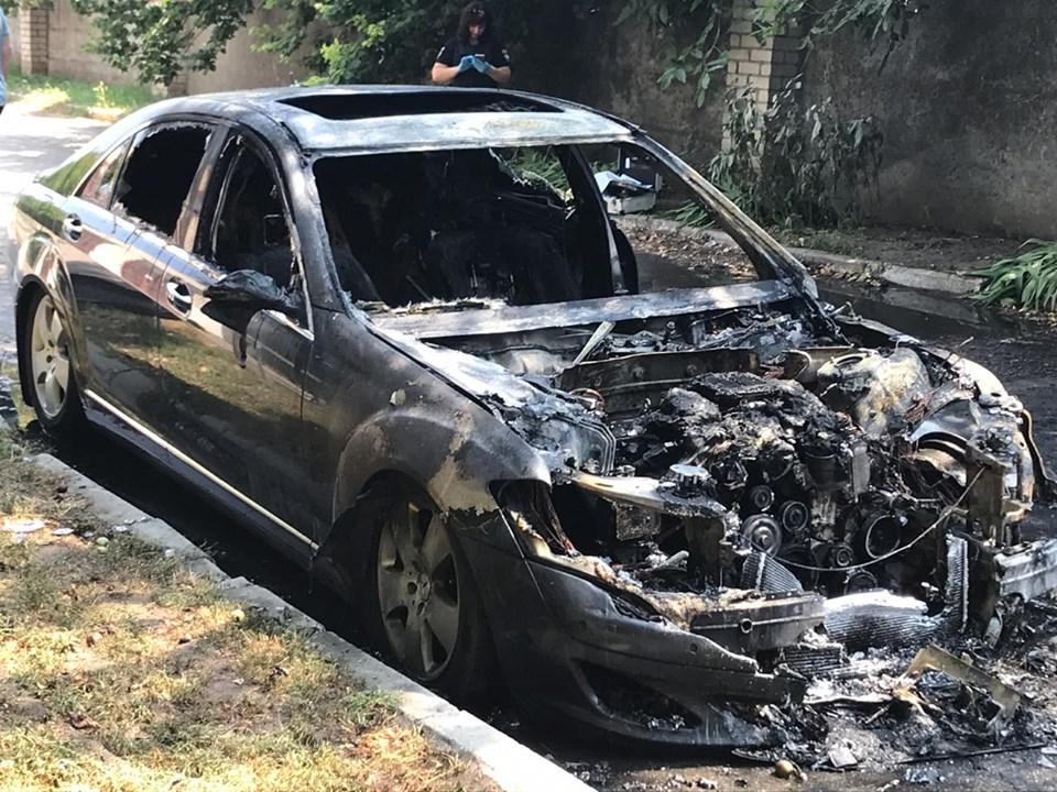 Иномарку сожгли возле одного из зданий на Бориславском шоссе / фото: ГУ Нацполиции Херсонской области