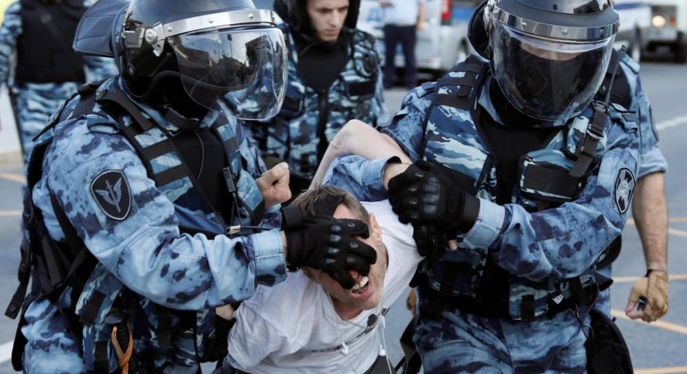 В российских городах во время акций протеста задержали более 350 челов