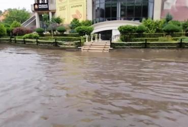 У Чернівцях сильна злива затопила десятки вулиць (відео)