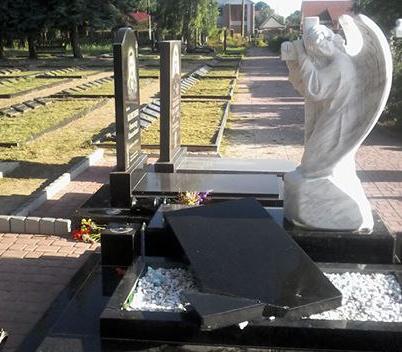 Вандалы повредили могилы, повалив и разбив гранитные плиты / фото УНИАН