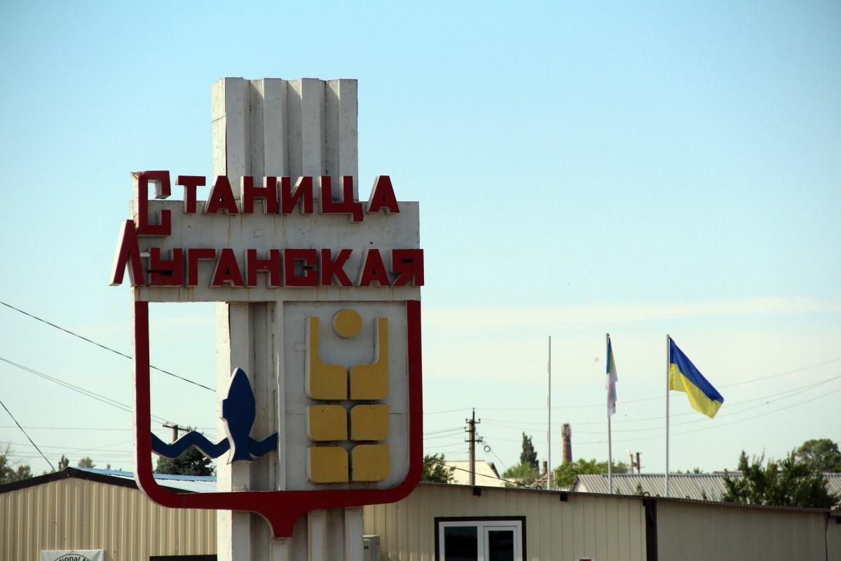 В настоящее время осуществляется асфальтирование дороги от моста в направлении КПВВ / фото mvs.gov.ua