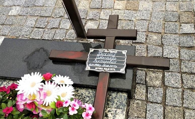 Неизвестные изуродовали на Аллее Славы две могилы павших участников АТО / facebook/Валентина Андрияшева