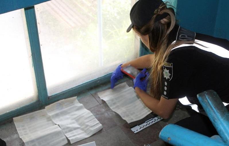 На території округу№50 знайшли заповнені бюлетені / фото: npu.gov.ua