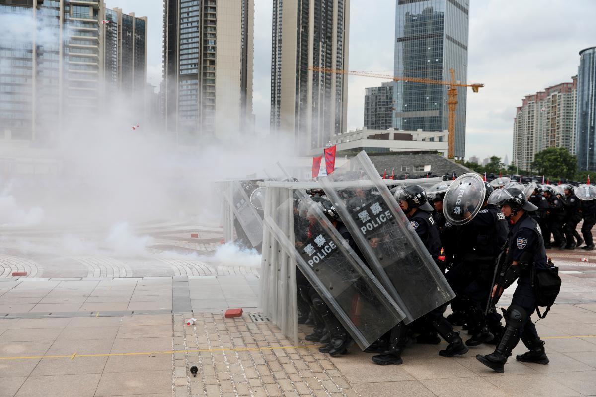 Китайские полицейские тренировались в городе Шэньчжэнь / REUTERS