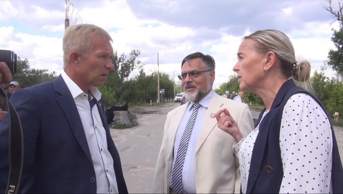 Представители боевиков устроили скандал с украинским чиновником / 5 канал