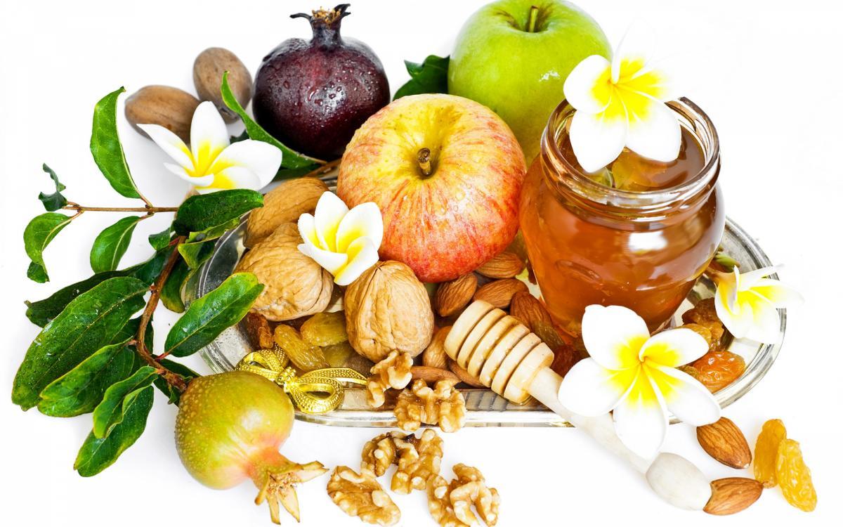 Во время этого поста можно лакомиться яблоками с медом / фото: pitanieives.ru