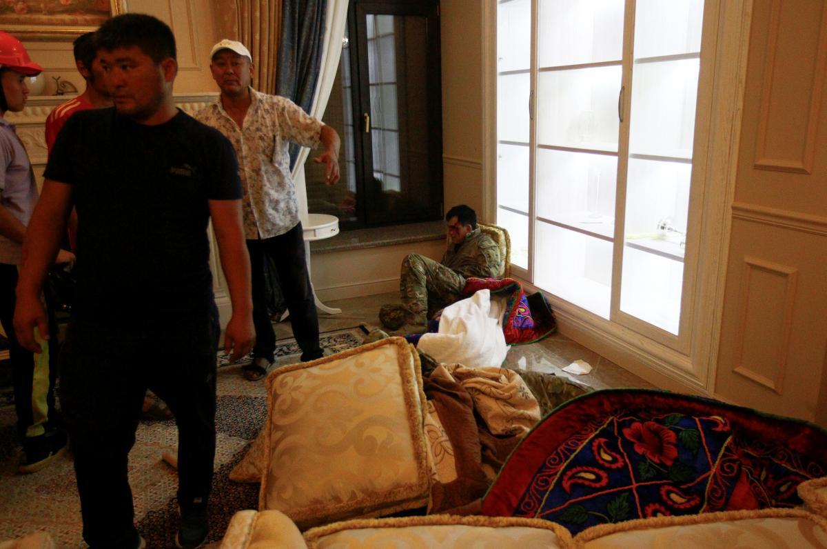 Новый штурм резиденции Атамбаева оказался частично успешным / REUTERS