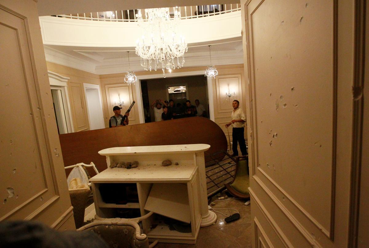 Резиденцию Алмазбека Атамбаева снова штурмуют / REUTERS