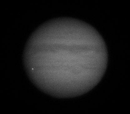 Спалах від удару добре видно на величезному диску планети / фото: Twitter/Chappel Astro