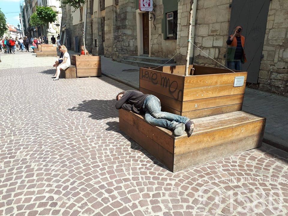 """Во Львове будут мыть бездомных, которые отпугивают туристов / фото """"Горячая линия города"""""""