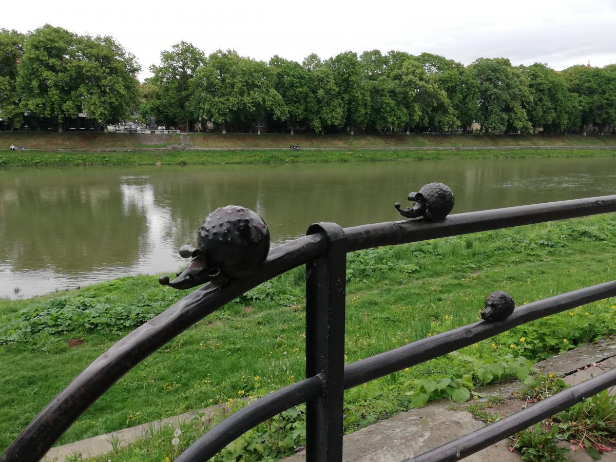 На набережній річки Уж найбільше міні-скульптурок / Фото Марина Григоренко
