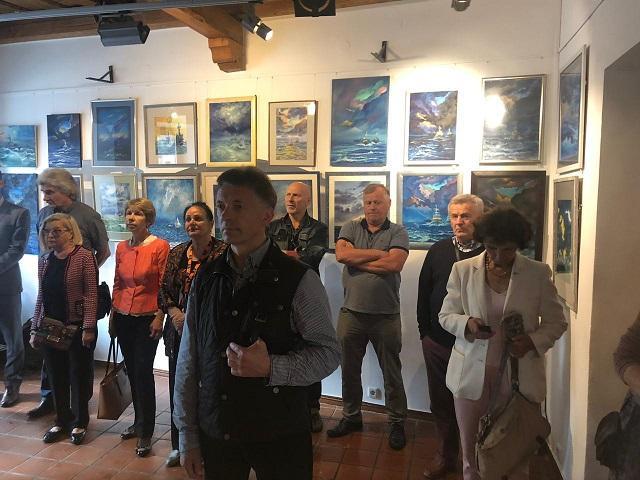 Відвідувачі мали можливість ознайомитись з картинами, які були написані українськими художниками / фото mfa.gov.ua