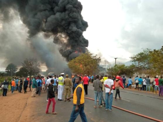 После того как бензовоз опрокинулся, несколько десятков людей поспешили к месту аварии / фото: eastafricatv