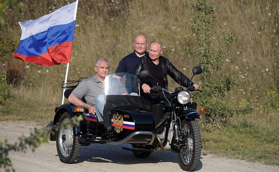 Путин покатался на мотоциклев оккупированном Крыму / kremlin.ru