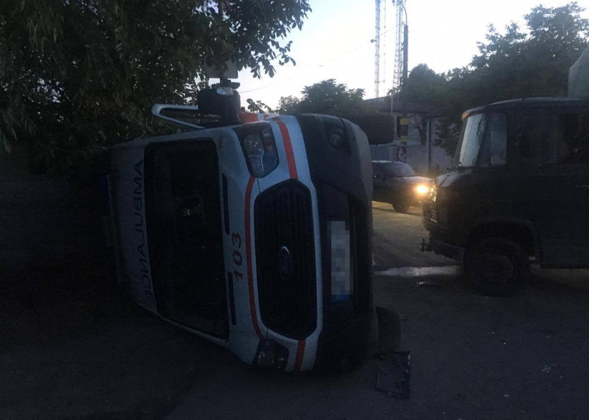 Авто «скорой» после столкновения перевернулось / фото: полиция Днепропетровщины