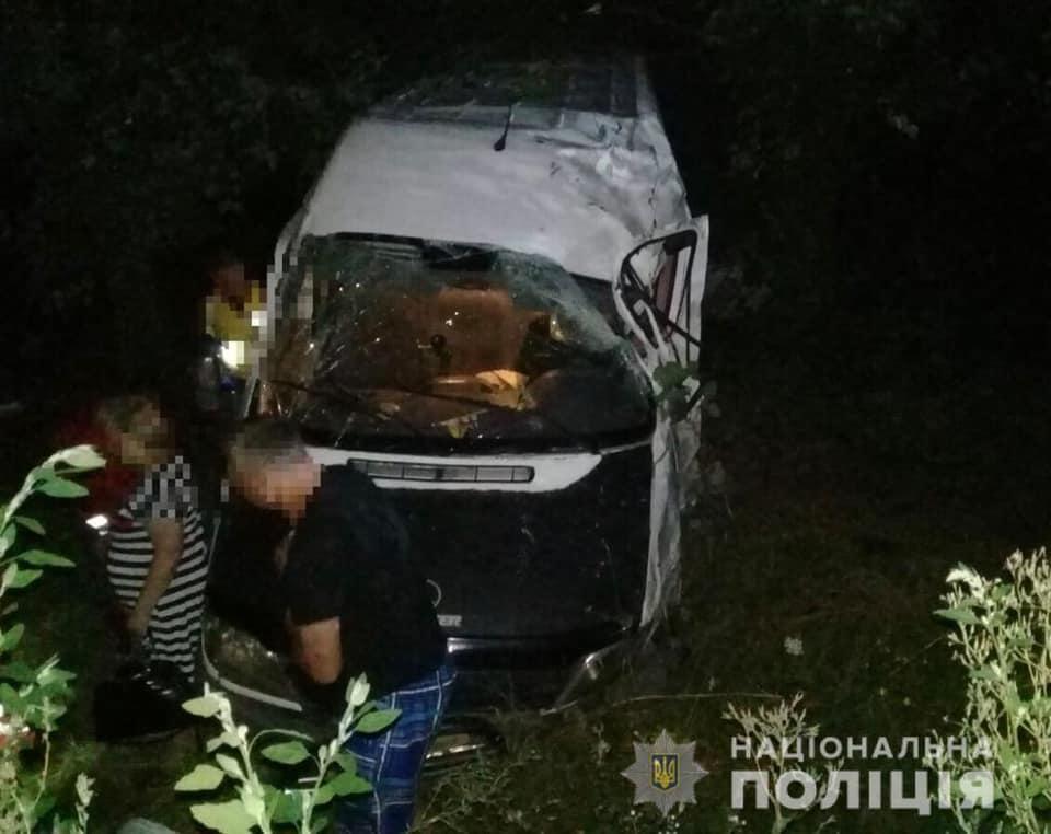 У Вінницькій області мікроавтобус зіткнувся з легковим авто / фото facebook/vinn.police