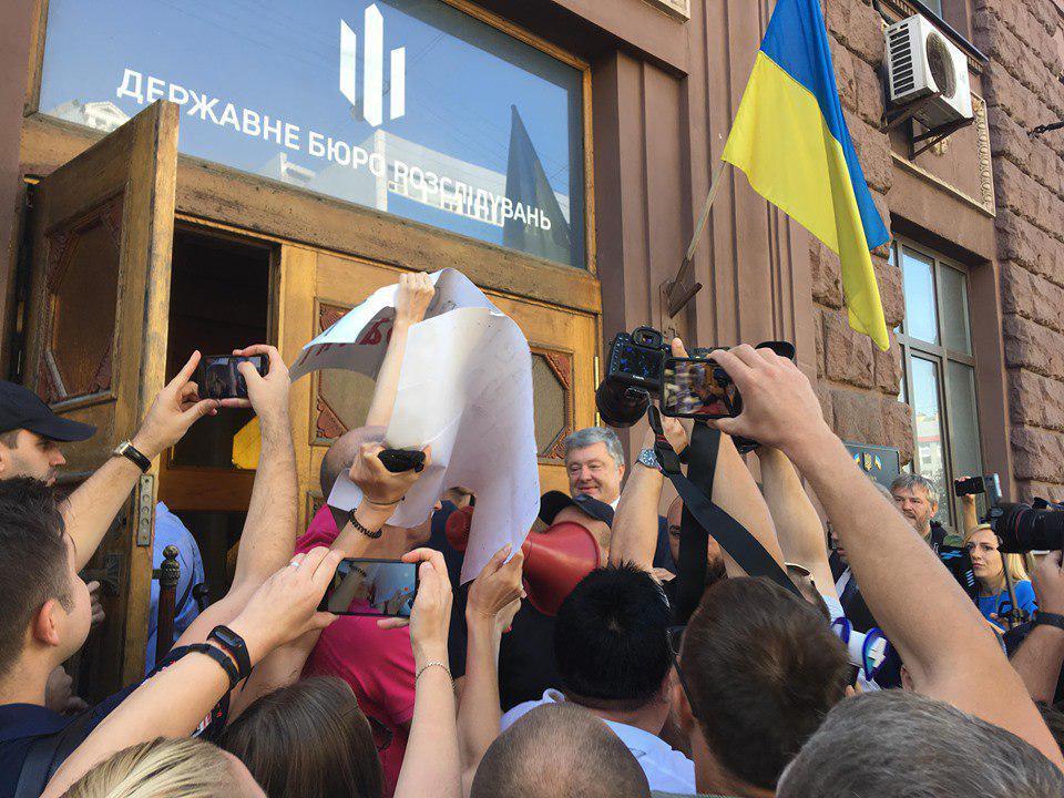 Під будівлею Державного бюро розслідувань Порошенка зустріли як прихильники, так і опоненти / фото 24 канал
