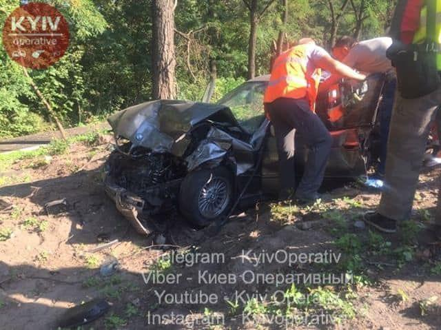 В Киеве грузовик разбил две легковушки фото facebook.com/KyivOperativ