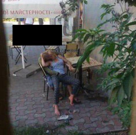 """По сообщению очевидцев, нетрезвая пара занималась сексом / фото: """"Х***ви Черновцы"""""""