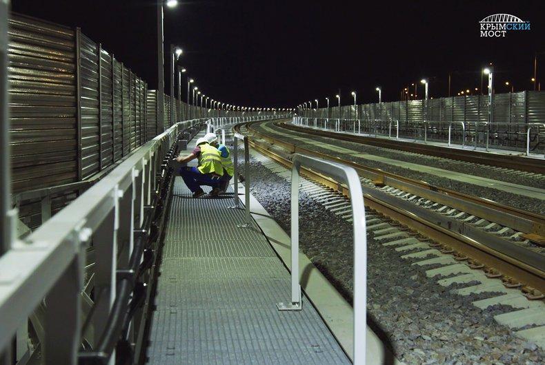 На железной дороге Крымского моста на 3 часа включили освещение / фото most.life
