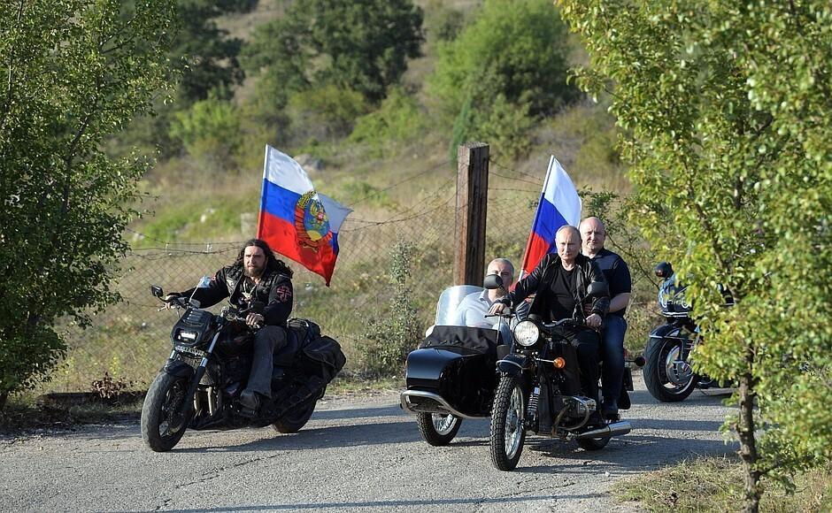 На байкера Путина написали заявление за нарушение ПДД  / фото kremlin.ru