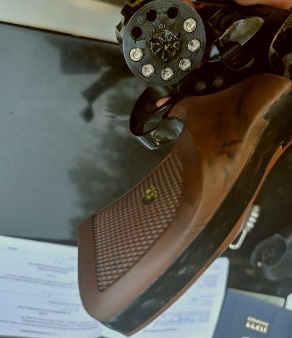 После поверхностного осмотра в рюкзаке мужчины нашли пистолет «Флобер» с отстрелянными патронами / фото dp.informator.ua