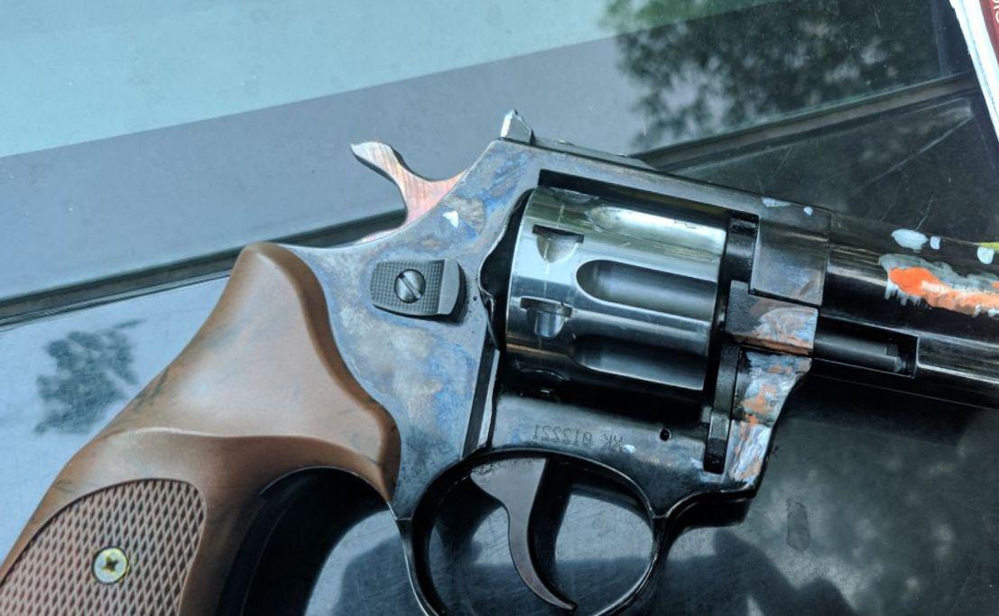 Пістолет, який був у чоловіка з собою / фото dp.informator.ua