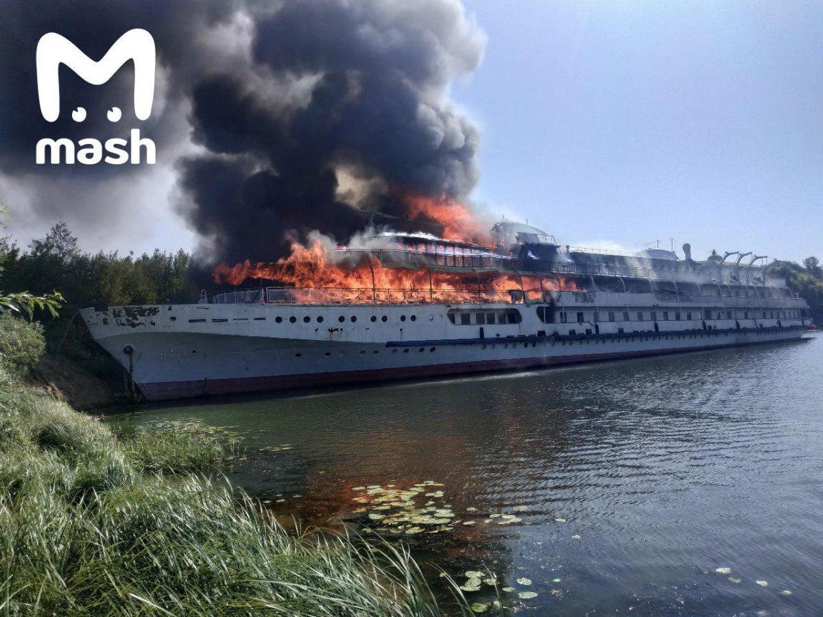 На Волзі загорівся теплохід «Свята Русь» / фото t.me/breakingmash
