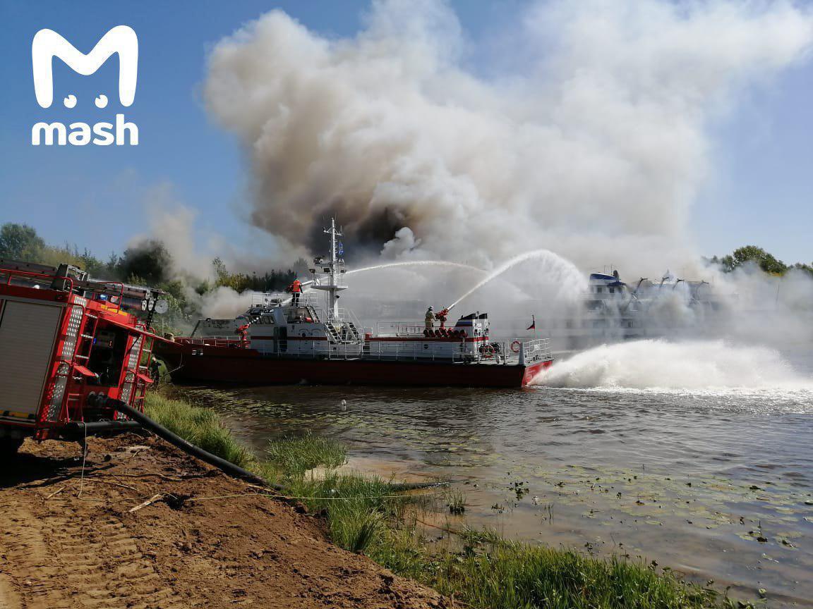 Попередня площа пожежі становить 200 кв. м / фото t.me/breakingmash