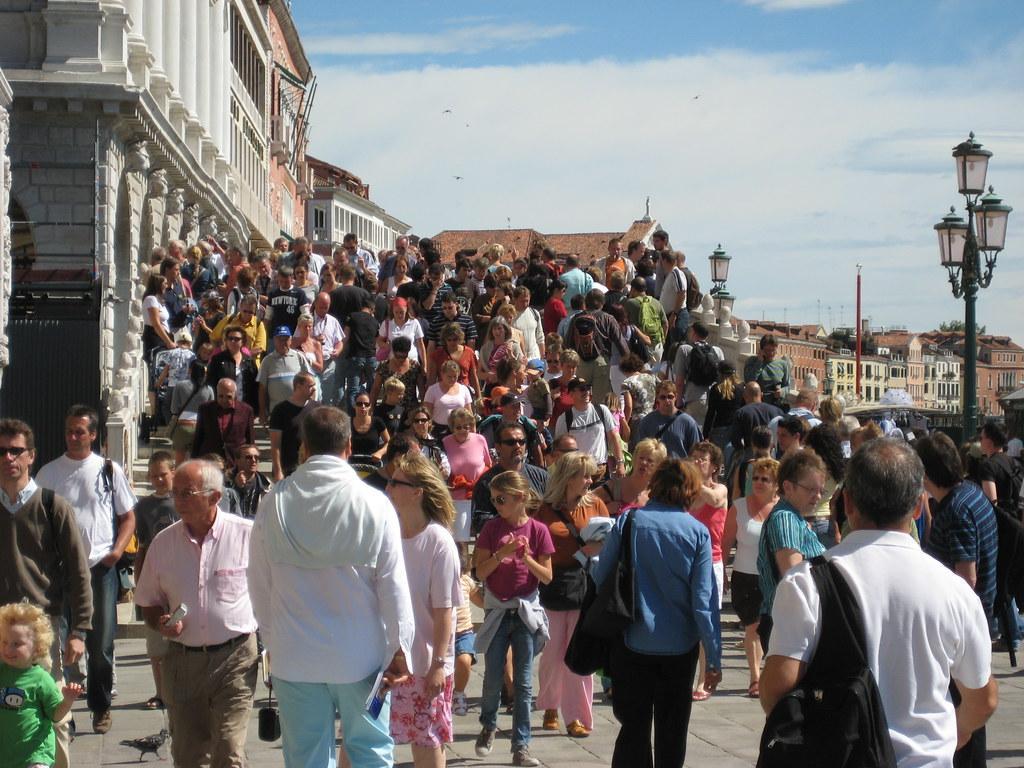 Туризм приносить гроші, але руйнує популярні місця/ Flickr/Tim McCune