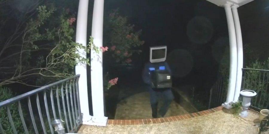Чоловік залишав телевізори під вхідними дверима / скріншот/Everything Lubbock/Youtube