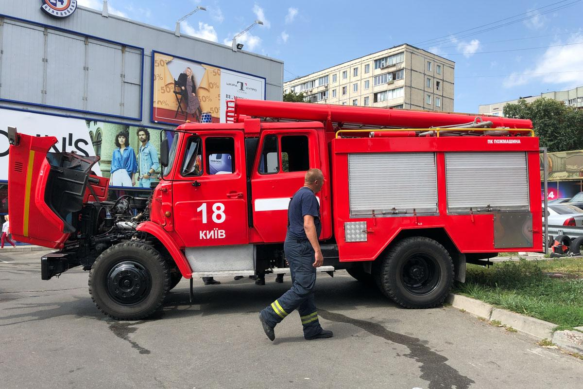 На Борщаговке горел торговый центр / фото Андрей Райский / Информатор