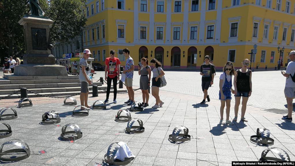 """В некоторых """"ловушках""""находится обувь или элементы одежды людей, что символизирует плен/ фото: Радио Свобода"""