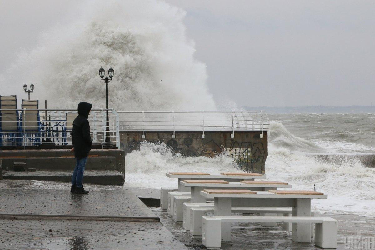 Ілюстрація : величезні хвилі / фото УНІАН