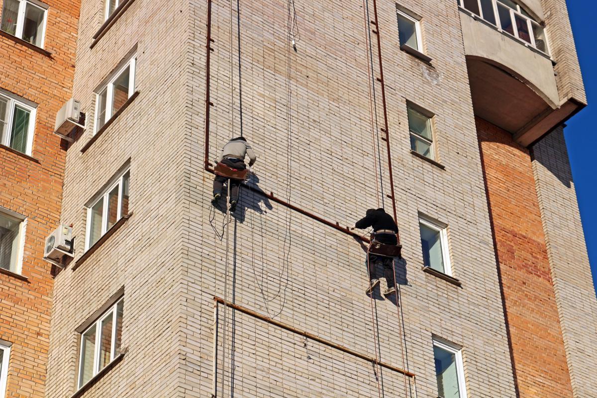 В результате инцидента один из рабочих сорвался и, пролетев несколько этажей, повис на страховочном тросе/ фото: pexels.com