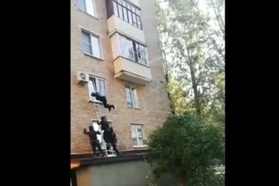 Сотрудник спецназа упал на своих коллег/ скриншот из видео