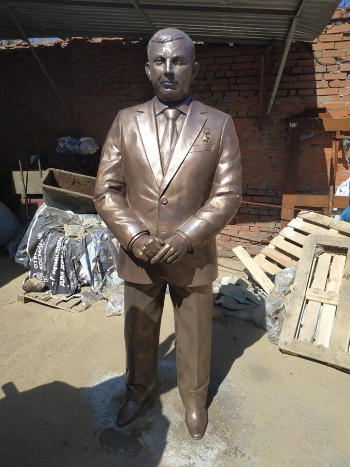 Пам'ятник Захарченку висміяли в мережі / ostro.org