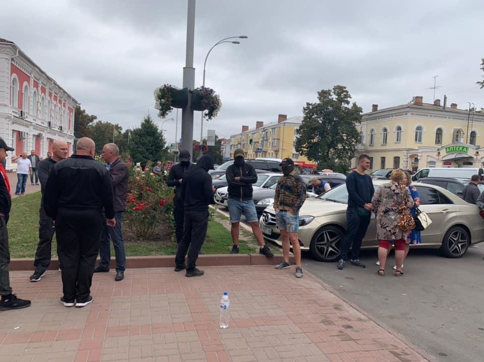 Под зданием ОИК собираются неизвестные молодые / фото: facebook.com/PanoramaChernihivshini