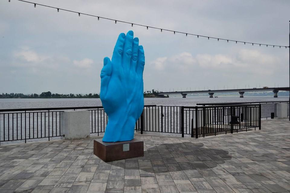 """В Николаеве появится """"синяя рука"""", котораяпрошлой осенью удивила киевлян / Facebbok. Платформа MY ART"""