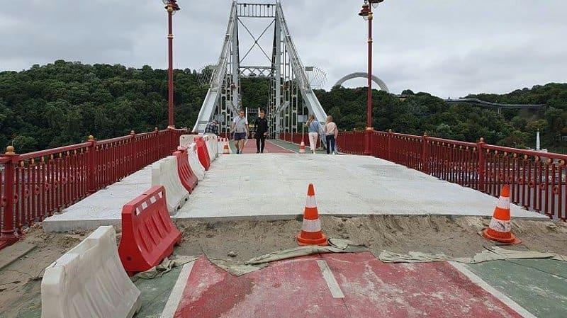 На пешеходном мосту через Днепр выложили бетонные плиты / фото dtp.kiev.ua
