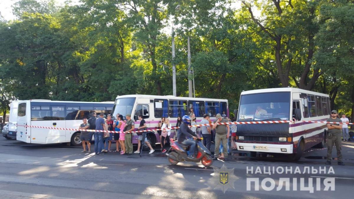 Мешканців згорілого в Одесі готелю поселили в автобусах / фото поліції
