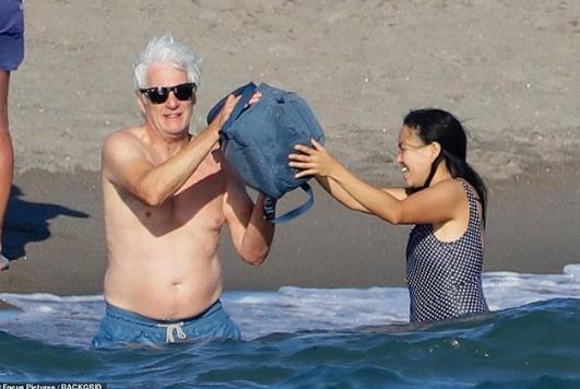 69-летний Ричард Гир сейчас отдыхает в кругу друзей / redcarpetmood