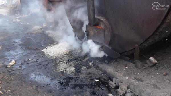 Один з місцевих підприємців розмістив саморобні печі для виробництва вугілля в небезпечній близькості від багатоповерхових будинків / 0629.com.ua