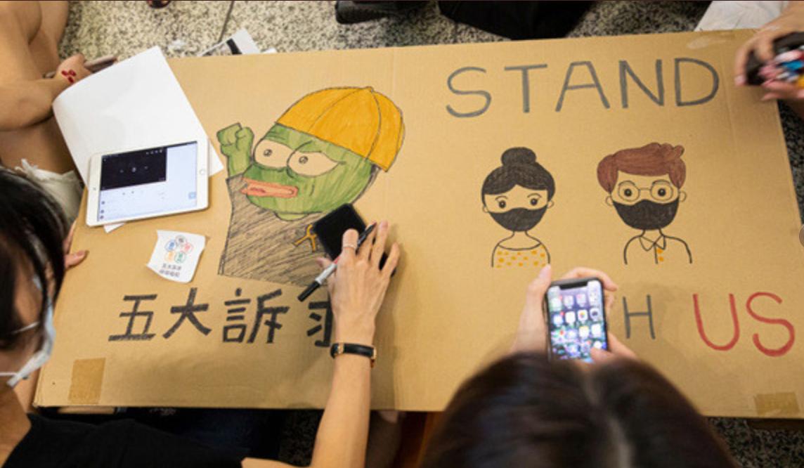Протестующие в Гонконге полюбили лягушонка Пепе / Twitter, Lulu