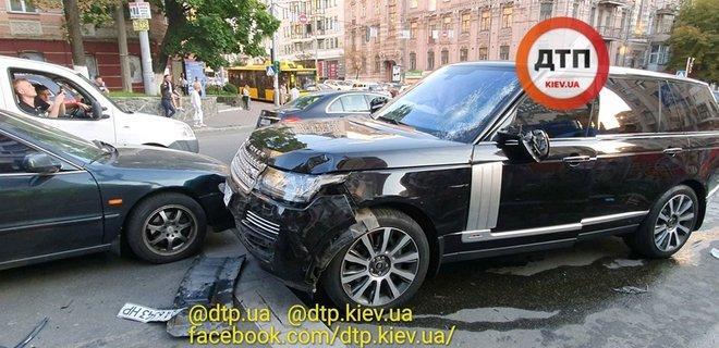 По информации СМИ, в аварии также участвовали автомобили Honda и Dodge/ фото: facebook.com/dtp.kiev.ua