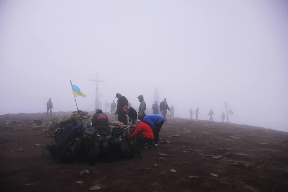 Вершина Говерли при підйомі в туманну погоду / Фото: Аліна Вірстюк