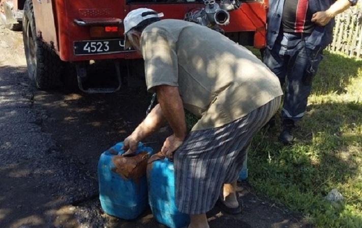 Протягом доби населенню Луганщини доставили технічну і питну воду, зокрема – спецмашинами рятувальників / Фото прес-службиДСНС